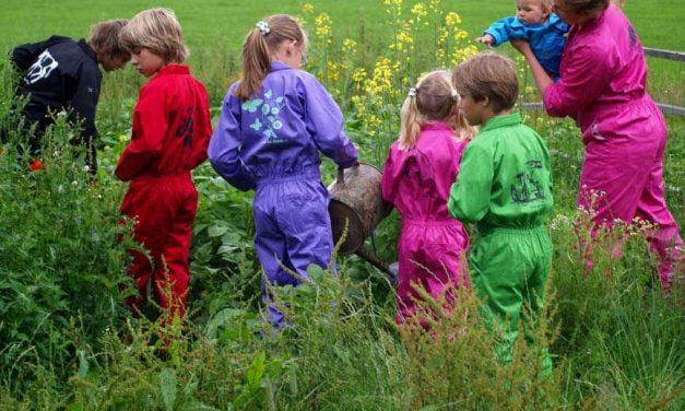 Tuinieren met je kind? Met een kinderoverall voorkom je een hoop rommel!